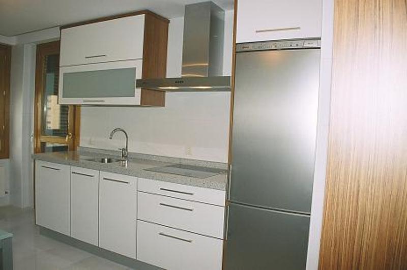 Cocina blanca y teka encimera granito blanco cristal - Encimera granito blanco ...