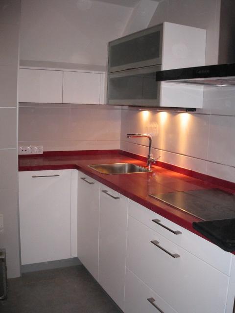 Cocina en l muebles lacados blancos encimera de silestone for Muebles para cocina en l