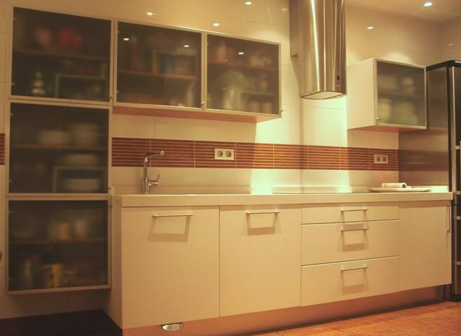 Muebles de cocina serie york blanco y vitrinas de aluminio for Muebles de cocina de aluminio