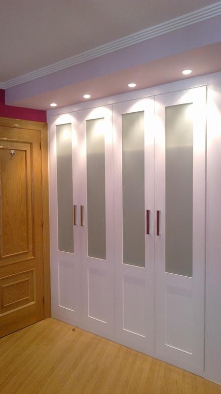 Armario a medida abatible lacado blanco y cristal con for Armarios de pared para banos