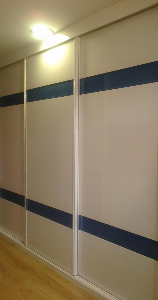 Armario empotrado correderas blanco franjas cristal azul - Decoracion de armarios empotrados ...