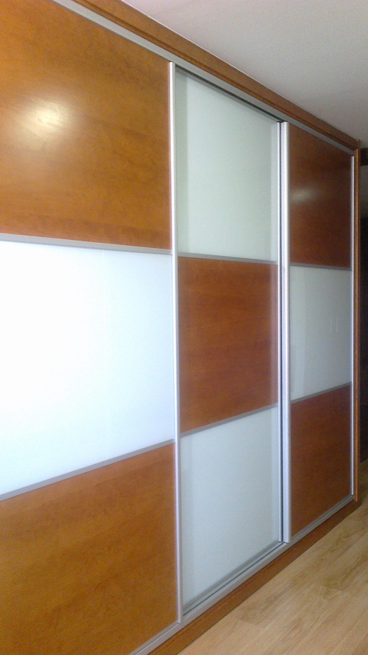 Armario empotrado puertas correderas combinado madera y - Interiores armarios empotrados puertas correderas ...
