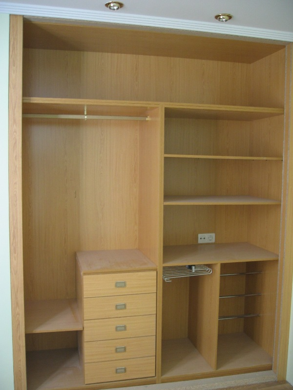 Distribuci n interior armario a medida color haya detalle - Distribucion de armarios roperos ...