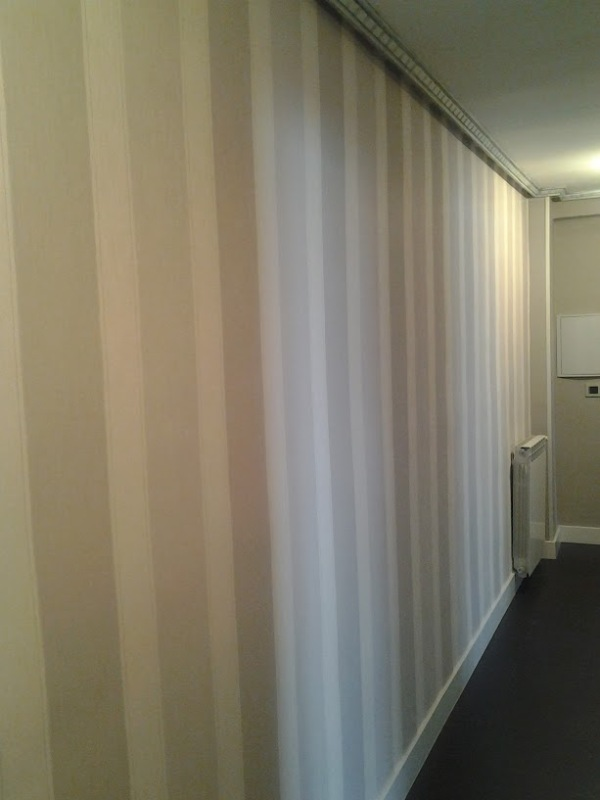 Papel a rayas en grises para pasillo reformas y for Papel de pared gris