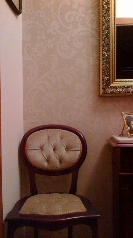 Papel pintado recibidor cl sico color beige reformas y - Papel pintado recibidor ...