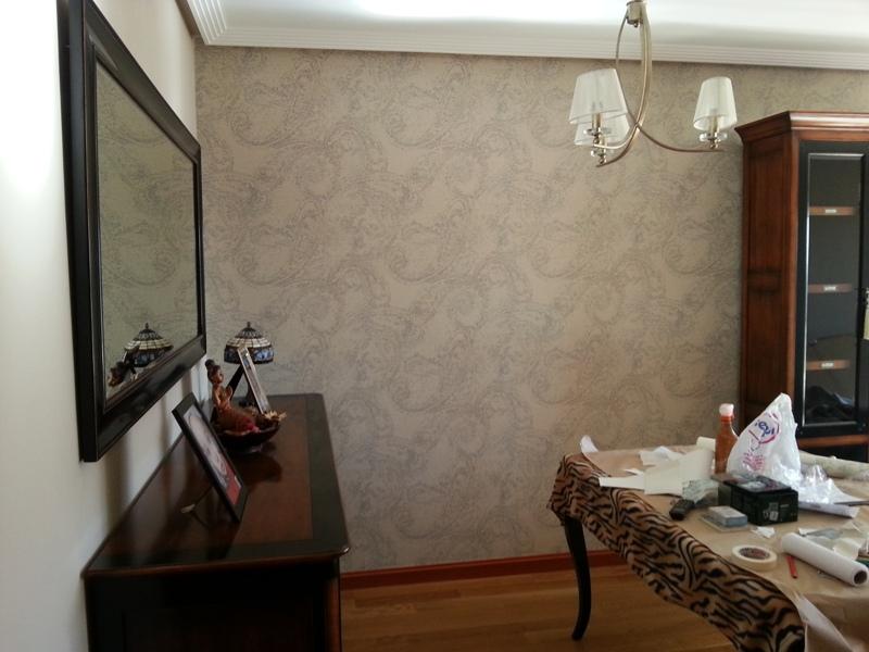 Empapelar pared del sal n tonos beige cachemire reformas for Empapelar pared
