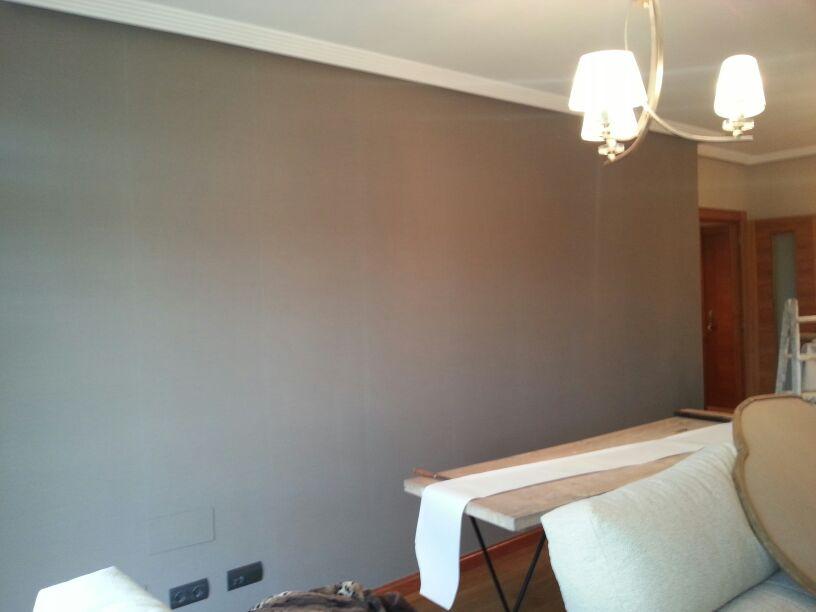 Empapelar tostado oscuro pared sof reformas y for Empapelar pared