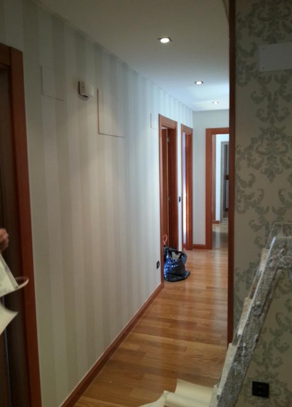 Empapelar el pasillo papel rayas beige reformas y for Precio de papel para empapelar paredes