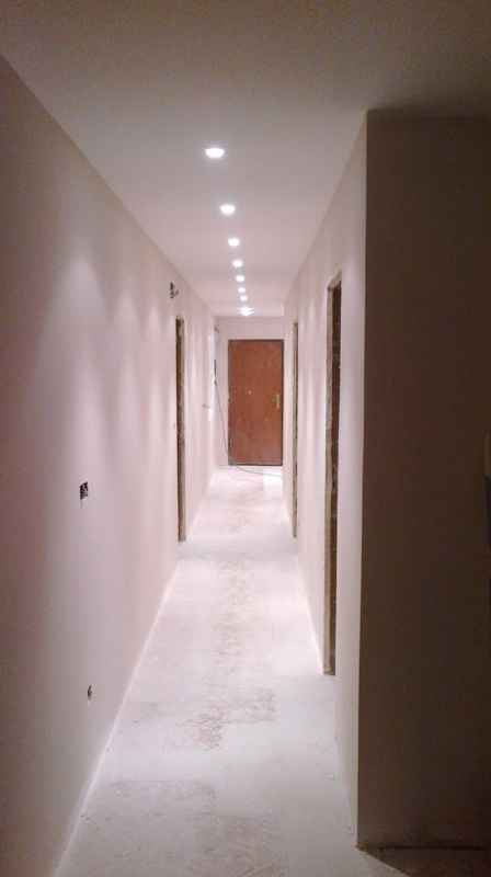 Reformas el espectacular cambio de un pasillo de una vivienda en le n reformas y decoraci n - Focos pasillo ...