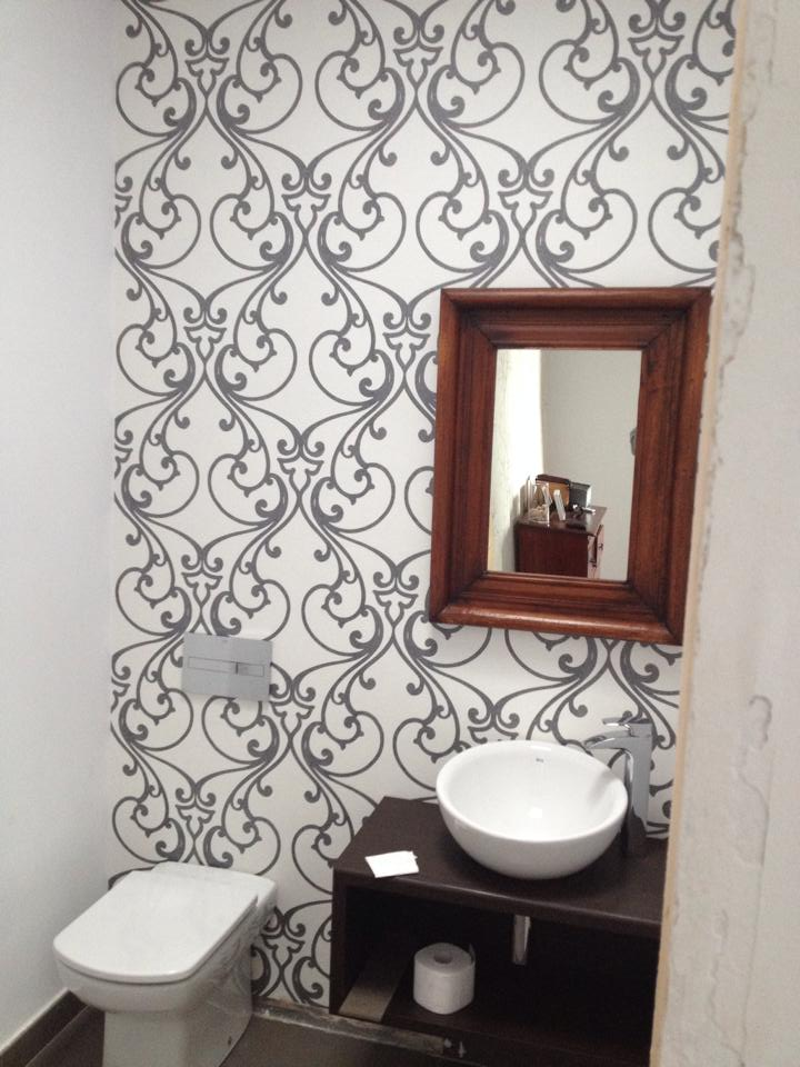 Amueblar Baño Pequeno:Reforma baño pequeño pared con papel pintado vinílico – Reformas