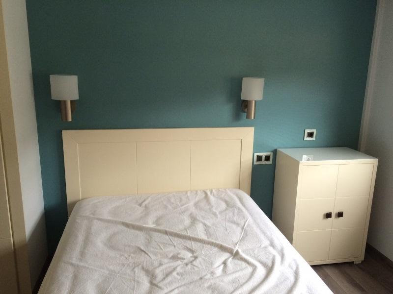 Papel pintado azul turquesa dormitorio y muebles lacados ...