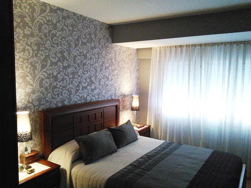 Papel pintado en grises para el cabecero de cama casadeco reformas y decoraci n de interiores - Habitaciones con papel pintado y pintura ...