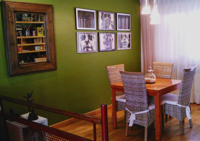 Comedor en verde sillas de rattan composici n cuadros for Sillas rattan comedor