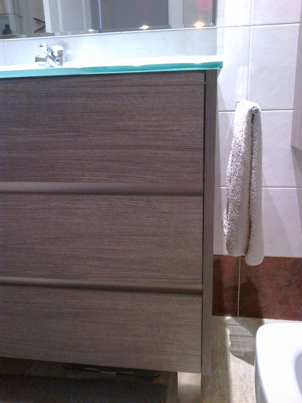 Muebles De Baño Color Roble Claro : Toallero junto mueble de ba?o color roble oscuro