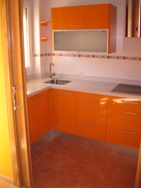Cocinas peque as abierta puertas correderas naranja brillo for Puertas correderas pequenas