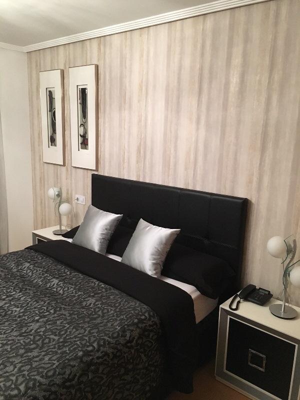 Empapelar el cabecero de cama y cuadros dormitorio for Papeles para empapelar dormitorios