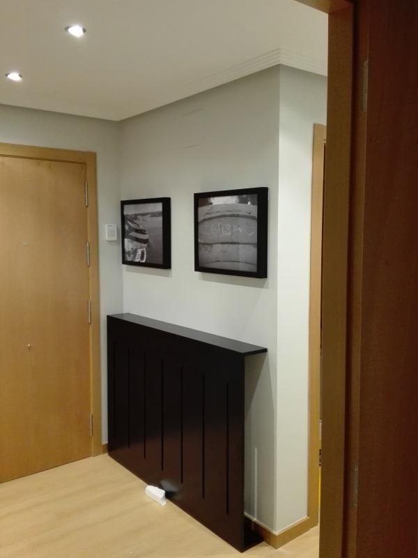 Recibidor decorado con cubrerradiador y cuadros a medida for Cuadros a medida
