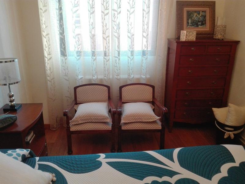 Dormitorio clasico antes de redecorar butacas muebles y - Butacas para dormitorios ...