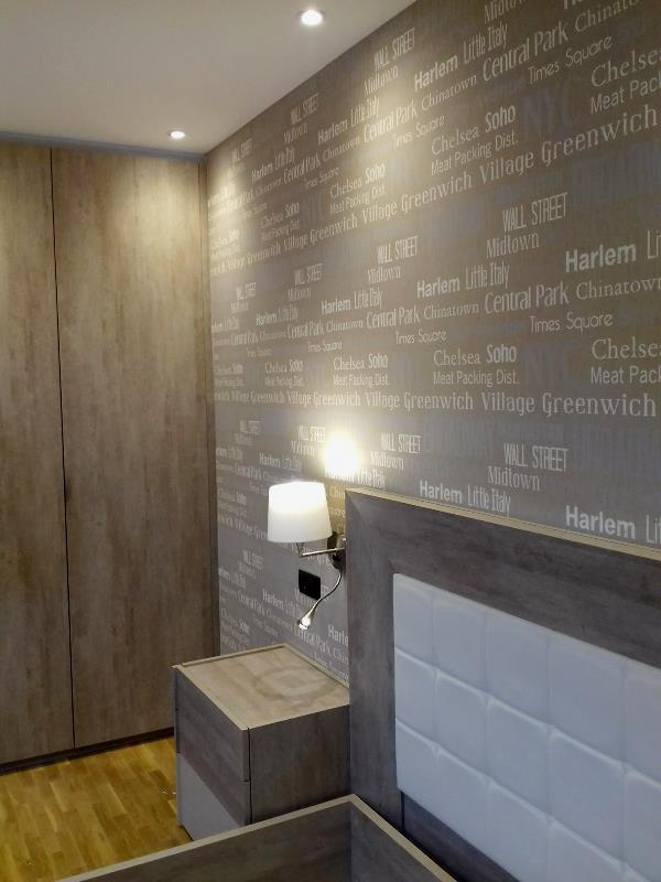 Papel pintado cabecero de cama muebles color piedra y - Papel de pared para pintar ...