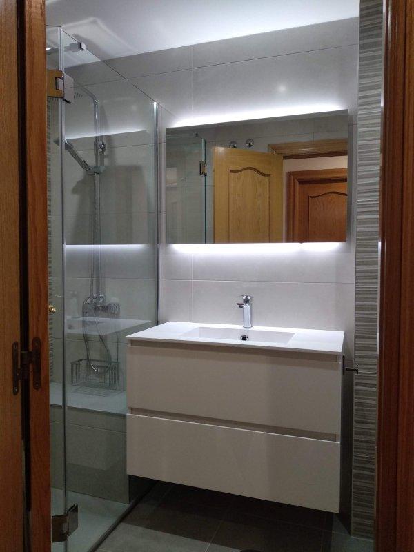 Proyecto Mueble Funcional Diseño De Mobiliario A Medida: Baño Reformado, Mueble Lavabo Y Espejo Retroiluminado Led
